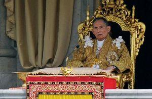 602100-le-roi-bhumibol-adulyadej-adresse-un-message-aux-thailandais-le-jour-de-son-anniversaire-le-5-decemb