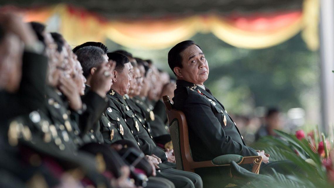 le-premier-ministre-thailandais-prayut-chan-ocha-assiste-a-une-parade-militaire-a-l-academie-royale-militaire-chulachomklao-a-nakorn-nayok-le-29-septembre-2014_5156183.jpg